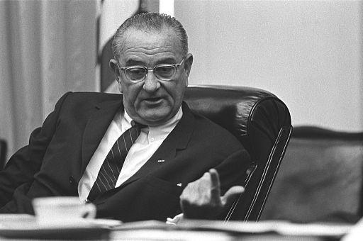 Lyndon_B._Johnson_National_Security_meeting_on_Vietnam_July_21_1965_-_LBJ_Museum_A881-35a.jpg